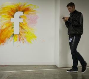 Una paret amb el logotip de la xarxa social Facebook.