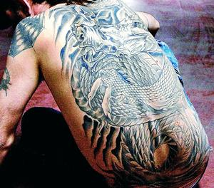 Una persona tatuada.