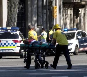 Els serveis d'emergència traslladen un dels ferits.