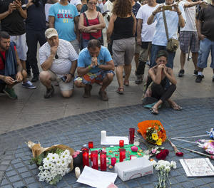 Ciutadans deixen flors a les Rambles de Barcelona aquest divendres.