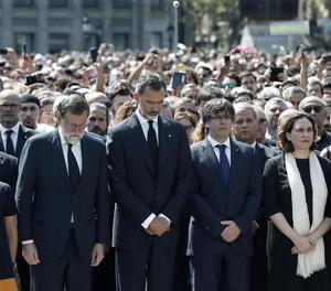 Les autoritats al minut de silenci a Barcelona