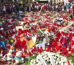 Ofrena florar a Les Rambles en memòria de les víctimes dels atemptats.