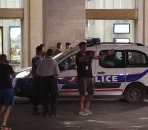 Policia francesa divendres passat a l'estació de Nimes.