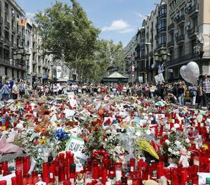 Ofrenes en honor a les víctimes de l'atropellament a la Rambla de Barcelona.