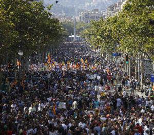Milers de persones desborden el centre de Barcelona en contra del terrorisme