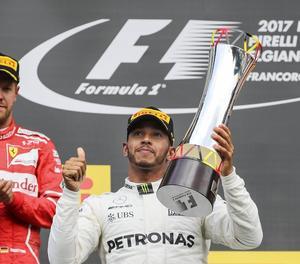 Fernando Alonso, en una acció de la carrera d'ahir, en la qual va tornar a patir amb el motor del cotxe i va acabar abandonant.