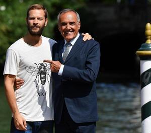 L'actor italià Alessandro Broghi i el director de la Mostra, Alberto Barbera, ahir a Venècia.