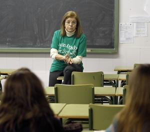 Una docent en una aula.,