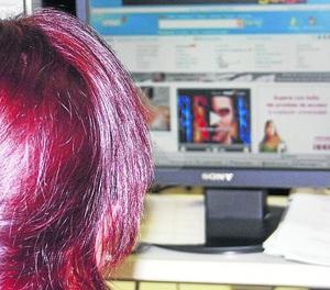 Una empleada treballa amb un ordinador.