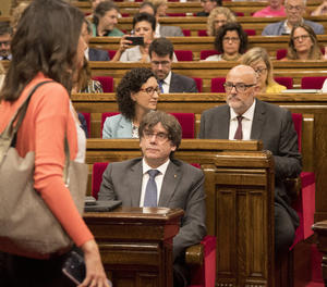 El president de la Generalitat, Carles Puigdemont; el president de JxSí, Lluís Corominas  i Marta Pascal ,dirigen les seves mirades a la líder de Ciutadans, Inés Arrimadas., durant el ple en el Parlament.