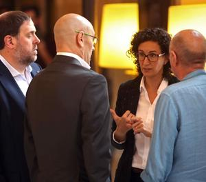 El vicepresident del Govern, Oriol Junqueras, conversa amb els diputats de Junts pel Sí, Marta Rovira, Lluís Llach i el conseller de Assumptes Exteriors, Raül Romeva als passadissos del Parlament.