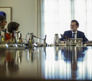 Rajoy durant la reunió extraordinària del consell de ministres.