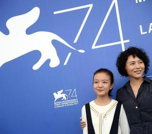 La jove actriu Zhou Meijung i la cineasta Vivian Qu, a Venècia.