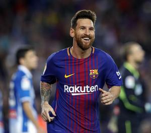 Messi celebra amb Jordi Alba un dels gols que va marcar ahir.