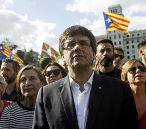 El president de la Generalitat, Carles Puigdemont, i la presidenta del Parlament, Carme Forcadell, a la manifestació sobiranista de Barcelona.