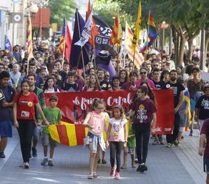 Imatge de la capçalera de la manifestació, ahir al seu pas per l'avinguda Blondel, on a l'acabar es va celebrar un míting polític.
