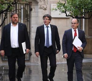 El president Carles Puigdemont, el vicepresident Oriol Junqueras i el conseller Jordi Turull es dirigeixen a la reunió del Govern.
