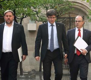 El president de la Generalitat, Carles Puigdemont; el vicepresident, Oriol Junqueras, i el conseller Jordi Turull, abans de la reunió setmanal del Govern.