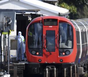 Policies forenses inspecciones el vagó del metro on s'ha produït l'explosió.