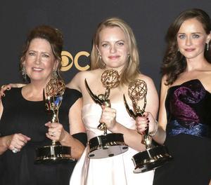 Les actrius Ann Dowd, Elisabeth Moss i Alexis Bledel, amb tres dels Emmy per 'The Handmaid's Tale'.