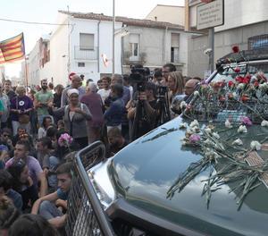 Manifestants davant de l'oficina d'Unipost a Terrassa.