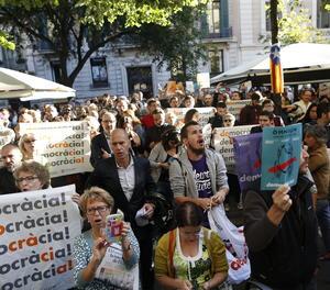 Persones concentrades davant la conselleria d'Economia a Barcelona.