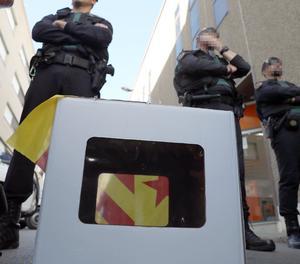 Membres de la Guàrdia Civil protegint dimarts l'accés a l'empresa Unipost de Terrassa.