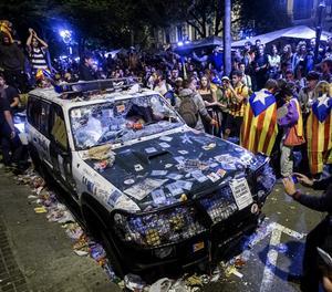 Un cotxe de la Guàrdia Civil davant de la conselleria d'Economia el dia dels aldarulls.