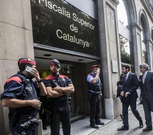 L'alcalde de La Seu d'Urgell i diputat del Parlament, Albert Batalla, acompanyat de l'advocat Jordi Pina, arriba a la Fiscalia Superior de Catalunya.