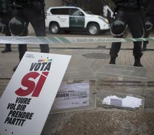 Agents de la Guàrdia Civil busquen material per al referèndum de l'1-O.