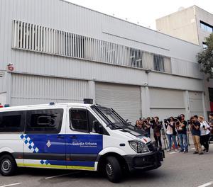 Agents de la Urbana de Barcelona custodien el magatzem on es troben urnes de l'Estat