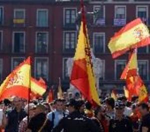 Milers de persones es concentren davant d'ajuntaments de tot Espanya contra l'1-O