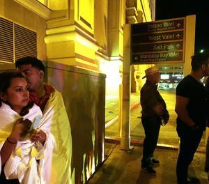 Diverses persones a prop de l'hotel Mandalay Bay, a prop de lloc del tiroteig.