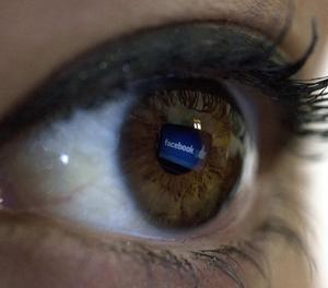 El logo de Facebook reflectit en un ull.