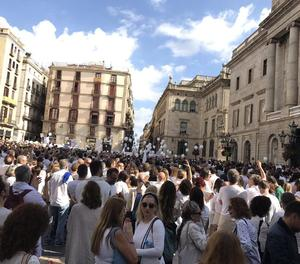 Milers de persones vestides de blanc reclamen a Barcelona que hi hagi diàleg