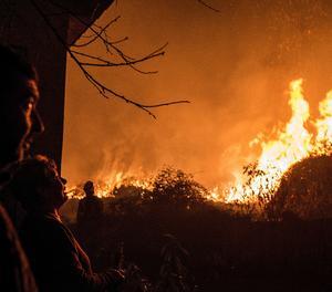 Un dels múltiples incendis que arrasen Galícia.