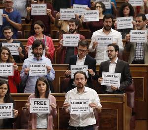 Podemos i el PDeCAT demanen amb cartells al Congrés llibertat per als