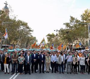 Milers de persones, amb Govern al capdavant, protesten a Barcelona contra el 155