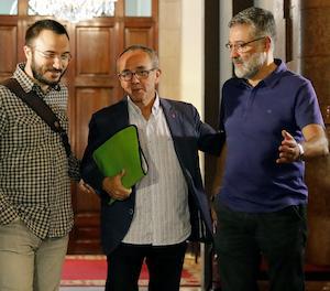 Els diputats de la CUP Albert Botran i Carles Riera, al costat del portaveu de CSQRP, Joan Coscubiela (centre), a la seua arribada a la junta de portaveus del Parlament, dilluns.