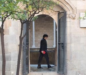 Puigdemont es dirigeix al seu despatx.