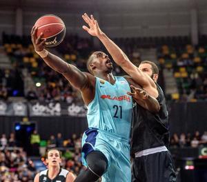 Sanders entra a cistella davant l'oposició de l'aler holandès del Bilbao Basket Shane Hammink.