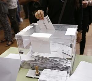 Una urna en un col·legi electoral