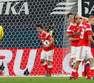Jugadors de la selecció de Rússia celebren un dels gols que van marcar ahir Espanya.