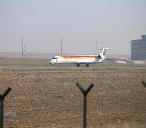 Maniobres d'enlairament i aterratge d'un avió d'Air Nostrum ahir a la pista d'Alguaire.