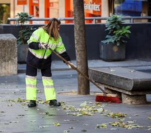 Una treballadora de la neteja en una ciutat.