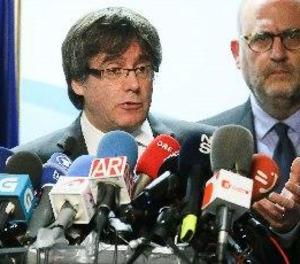 Puigdemont proposa a Rajoy reunir-se fora d'Espanya
