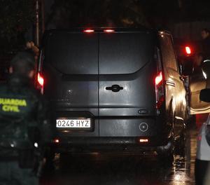 Un vehicle dels serveis funeraris arriba a la nau industrials de la parròquia d'Asados on ha estat trobat el cadàver.