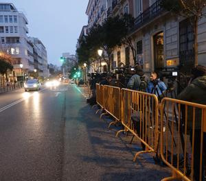 Nombrosos mitjans esperen des de primera hora del matí a l'exterior del Tribunal Suprem.