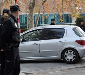 El vehicle que traslladava a l'exvicepresident Oriol Junqueras a la seva sortida de l'Audiència Nacional després d'assistir al Tribunal Suprem a la vista del seu recurs contra la presó preventiva.