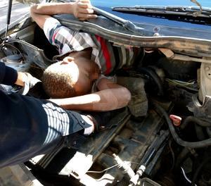 Un cotxe kamikaze amb immigrants ocults a Melilla